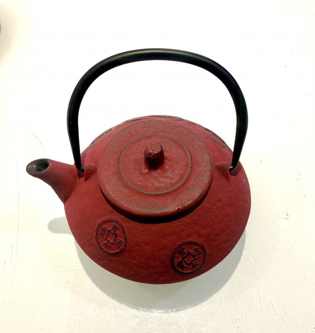 Cast iron teapot with filter - red