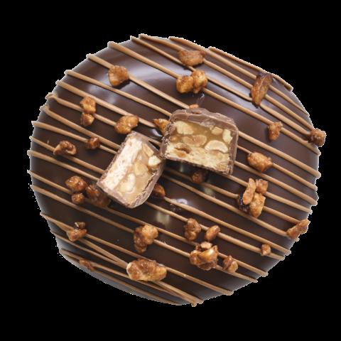 613. Snickers | Ντόνατ με γέμιση πραλίνας φουντουκιού, καραμέλας βουτύρου και φυστικοβούτυρου με επικάλυψη μαύρης σοκολάτας, γαρνιρισμένο με σοκολάτα snickers