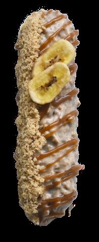704. Banoffee | Γέμιση κρέμας μπανάνας με επικάλυψη τραγανής καραμέλας γαρνιρισμένο με αποξηραμένες μπανάνες, θρυμματισμένο μπισκότο και καραμέλα βουτύρου