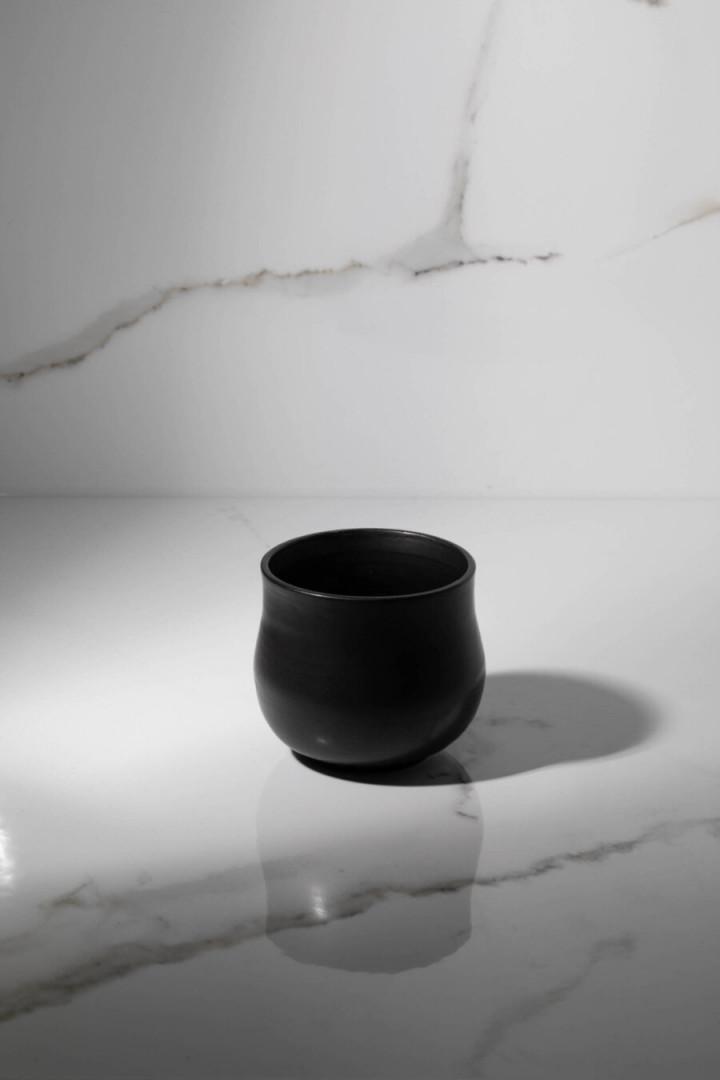 MUG CURVY / BLACK / CERAMIC